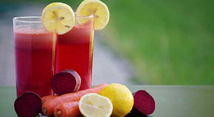 Rode bieten smoothie met framboos, pruimen, en cranberry
