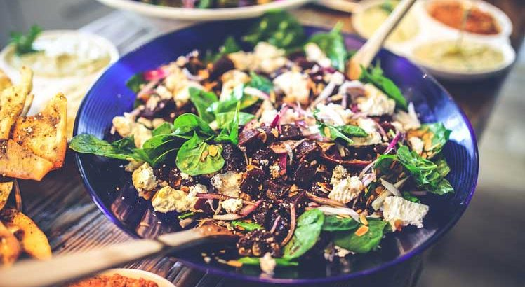 Rode bietensalade met spinazie